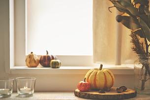 窓辺に置いてあるカボチャのスープの写真素材 [FYI04908704]