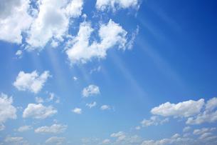 初夏の光る雲の写真素材 [FYI04908713]