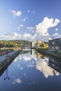 静かな朝の小樽運河の写真素材 [FYI04908769]