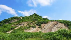 日本海に突き出た「聖ヶ鼻」の地層(新潟県柏崎市米山町)の写真素材 [FYI04908786]