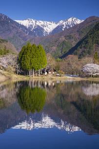 宝剣岳と駒ヶ池の写真素材 [FYI04908988]