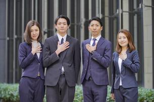 ビジネスシーン・4人のチーム・信頼・安心の写真素材 [FYI04909195]