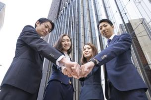 ビジネスシーン・4人のチームの写真素材 [FYI04909196]