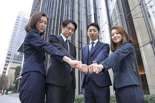 ビジネスシーン・4人のチームの写真素材 [FYI04909197]