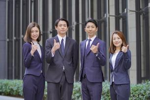 ビジネスシーン・4人のチーム・サムアップの写真素材 [FYI04909198]