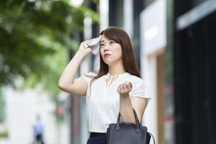 猛暑の中、出勤する女性の写真素材 [FYI04909202]
