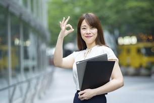 「OKサイン」をつくるビジネスウーマンの写真素材 [FYI04909205]