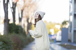 20代女性の冬服ポートレートの写真素材 [FYI04909213]