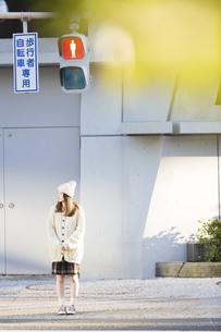 信号を待つ若い女性の写真素材 [FYI04909216]