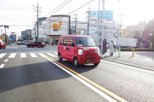 集配中の郵便車の写真素材 [FYI04909279]