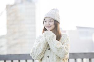 20代女性の冬服ポートレートの写真素材 [FYI04909393]