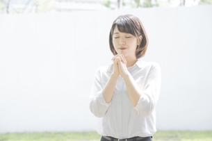 お祈りをする女子の写真素材 [FYI04909431]