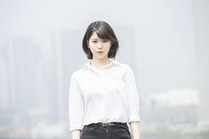 真剣な表情の若い女性の写真素材 [FYI04909466]