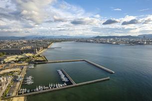 【産業】漁船が港で停泊している風景 ドローン 空撮の写真素材 [FYI04909506]
