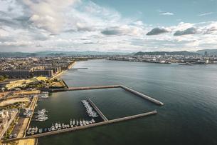 【産業】漁船が港で停泊している風景 ドローン 空撮の写真素材 [FYI04909507]