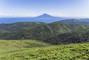 礼文島・礼文岳から見る利尻島の写真素材 [FYI04909597]