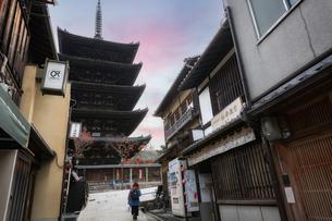 夕暮れ時の京都 八坂の塔(法観寺)の写真素材 [FYI04909828]