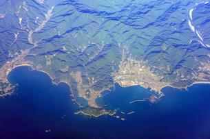 紀伊半島、熊野川河口近くの三輪崎(三重県新宮市) 空撮の写真素材 [FYI04909851]