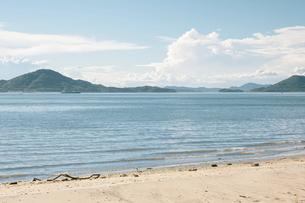 【夏】入道雲が浮かぶ青い海と空の風景 香川県の写真素材 [FYI04909928]