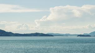 【夏】入道雲が浮かぶ青い海と空の風景 香川県の写真素材 [FYI04909930]