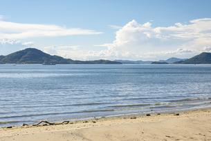 【夏】入道雲が浮かぶ青い海と空の風景 香川県の写真素材 [FYI04909932]