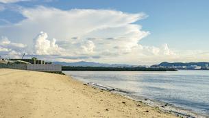 【夏】入道雲が浮かぶ青い海と空の風景 香川県の写真素材 [FYI04909933]