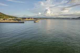【夏】入道雲が浮かぶ海の風景 ドローン 空撮の写真素材 [FYI04910292]
