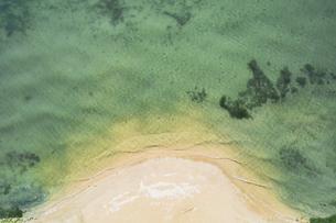 【夏】太陽光を反射した波が立つ青い海 ドローン 空撮の写真素材 [FYI04910293]