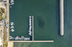 【産業】漁船が港で停泊している様子 ドローン 空撮の写真素材 [FYI04910294]