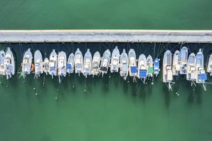 【産業】漁船が港で停泊している様子 ドローン 空撮の写真素材 [FYI04910295]