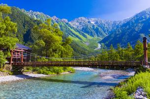 上高地の梓川と河童橋の写真素材 [FYI04910421]