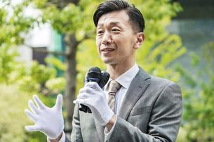 街頭演説する選挙の立候補者イメージの写真素材 [FYI04910698]
