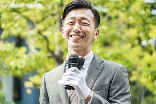 街頭演説する選挙の立候補者イメージの写真素材 [FYI04910704]