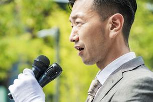 街頭演説する選挙の立候補者イメージの写真素材 [FYI04910706]