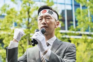 街頭演説する選挙の立候補者イメージ の写真素材 [FYI04910731]