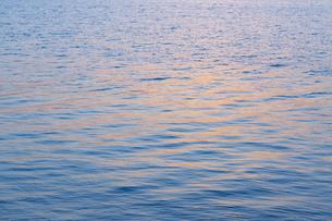 夕陽を反射して輝く海の写真素材 [FYI04910788]