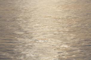 夕陽を反射して輝く海の写真素材 [FYI04910789]
