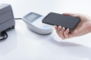 電子マネー決済 i-phoneの写真素材 [FYI04910815]