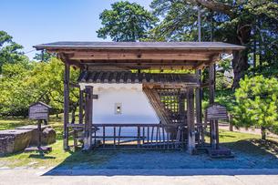 小田原城二の丸の正門 銅門の土塀模型と礎石の写真素材 [FYI04910980]
