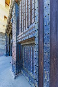 小田原城本丸の正門 重厚な作りをした常盤木門の写真素材 [FYI04911019]