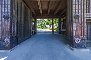 小田原城本丸の正門 重厚な作りをした常盤木門の写真素材 [FYI04911021]