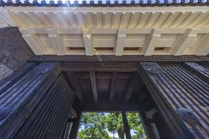 小田原城本丸の正門 重厚な作りをした常盤木門の写真素材 [FYI04911026]