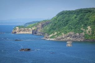 聖ヶ鼻から日本海の海岸線(地層)の写真素材 [FYI04911276]