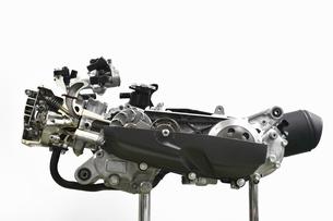 スクーターエンジンのカットモデルの写真素材 [FYI04911318]