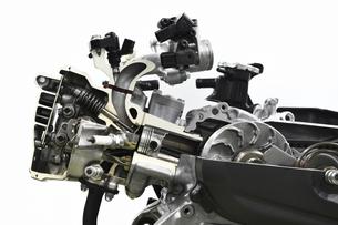 スクーターエンジンのカットモデルの写真素材 [FYI04911319]