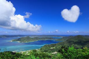 奄美自然観察の森から望む龍郷湾とハートの雲の写真素材 [FYI04911349]