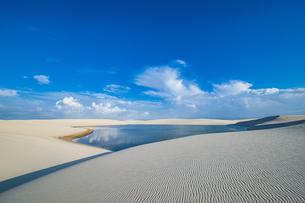 砂漠の風紋と湖:レンソイス・マラニャンセス国立公園の写真素材 [FYI04911426]