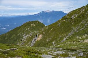 木曽前岳への稜線と御嶽山の写真素材 [FYI04911429]