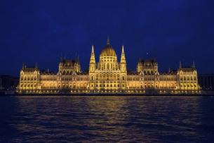 ブダペスト ライトアップされた国会議事堂の写真素材 [FYI04911433]