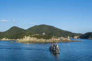 仙酔島と仙酔島連絡船の写真素材 [FYI04911655]